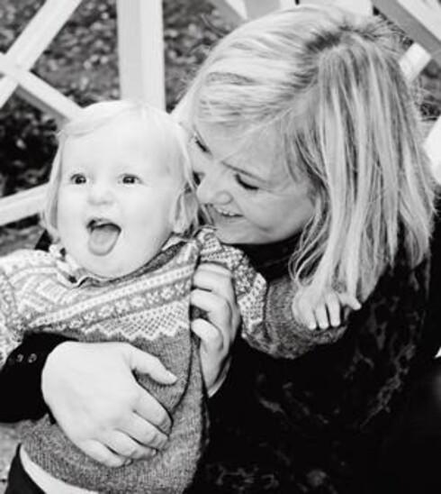 Vil ikke sove: - Tobias er verdens gladeste gutt på dagtid, forteller mamma Marita. Foto: Privat.
