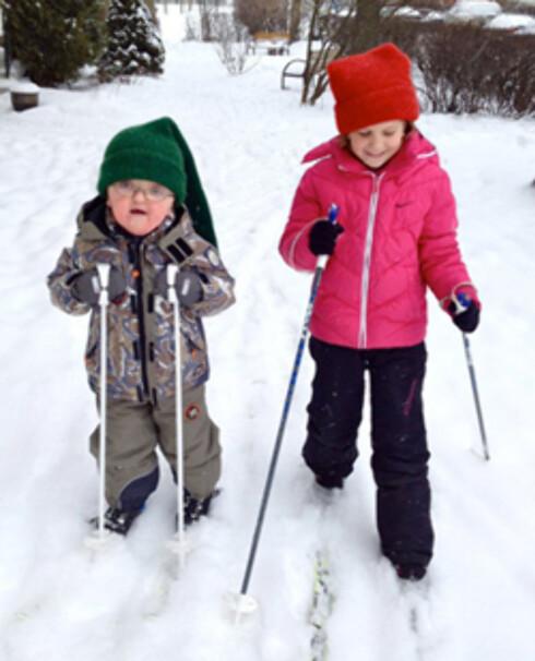 AKTIV GUTT: Christoffer er en aktiv leker, og godt likt blant andre barn. - De andre barna vil gjerne leke med ham, for han er ikke brutal slik mange andre kan være, sier mor Linda. Her på skitur med storesøster.