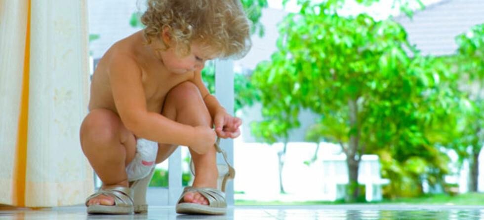 Skoene er 15 nummer for store og remmen nesten umulig å feste - klare selv, sier toåringen! Foto: Shutterstock.com ©