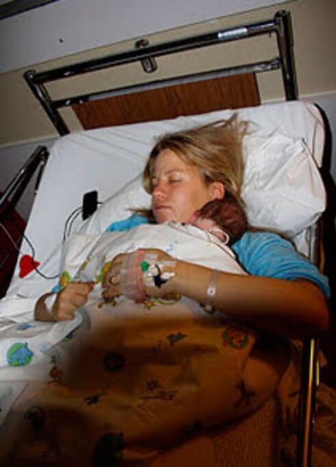Susanne Therese har nettopp våknet fra narkose og får treffe datteren for første gang.