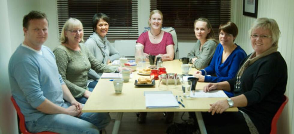 Fra venstre: Øystein, familieterapeut Kirsten, familieterapeut Sidsel, Bente, Stine Therese, Gunn og helsesøster Vivi. Foto: Fotografen i Gjøvik