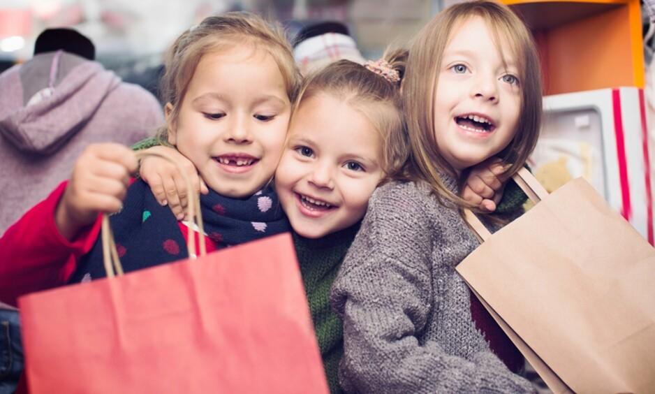 OPPTATT AV MERKEKLÆR: Tobarnsmoren ble veldig overrasket da hun hørte hva seksåringene snakket om. Foto: Shutterstock, NTB Scanpix (Illustrasjonsfoto, personene på bildet har ingen forbindelse med personene i saken).