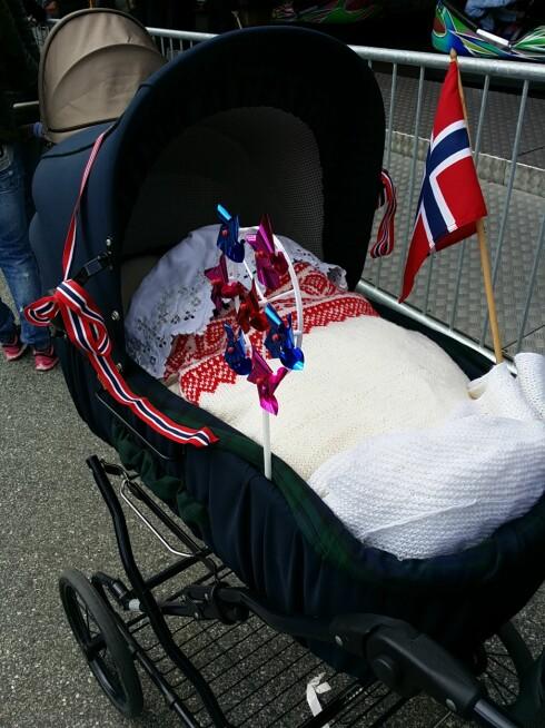 RETRO BARNEVOGN: Eva Jeanette synes det var gøy å trille rundt med den femten år gamle barnevognen. Foto: Privat