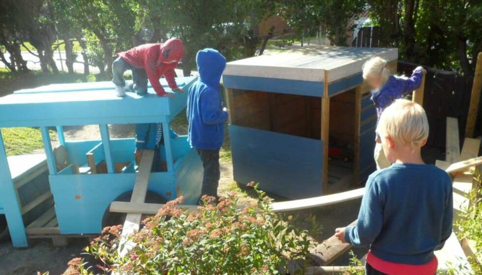 MANGE MATERIALER: Barnehagen får byggematerialer fra foreldre og velvillige bedrifter i nærmiljøet. Foto: Privat