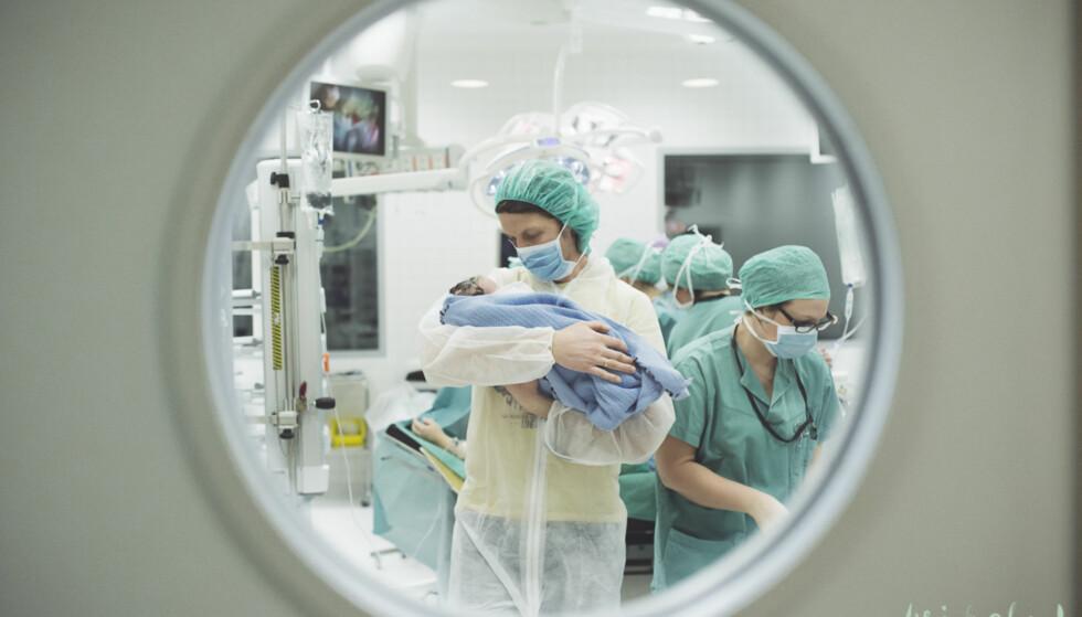 I FARS TRYGGE HENDER: Fedre får ofte en større rolle under keisersnitt i forhold til vanlige fødsler: Foto: Maria Vatne / Birth.no