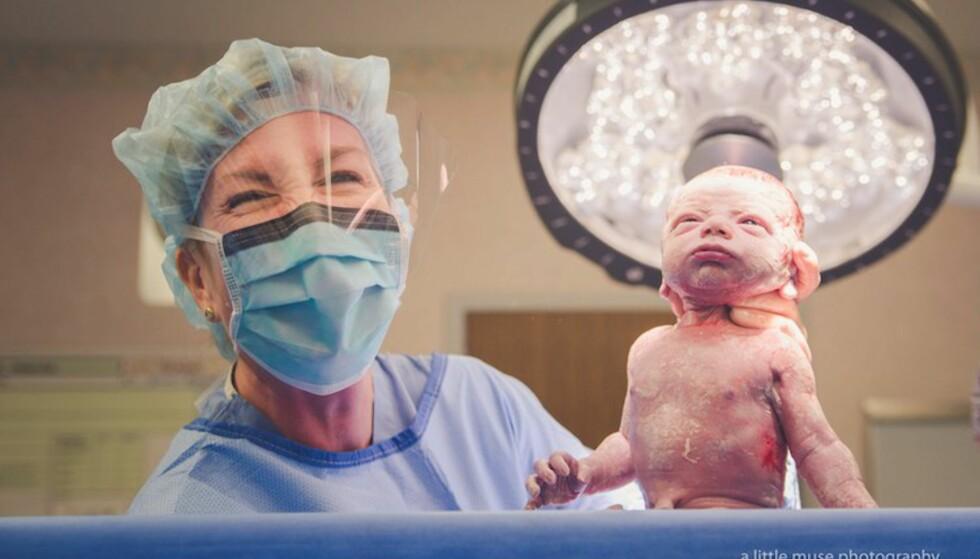 FØDSELSBILDER AV KEISERSNITT: Det øyeblikket legen holder babyen opp slik at foreldrene får se den for første gang, er utvilsomt et av de største! Foto: Bridget Reyes / A Little Muse Photography