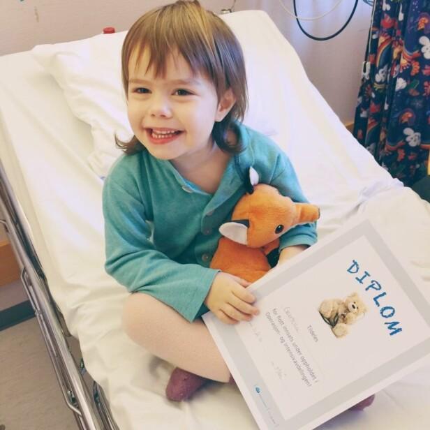 FJERNET FALSKE MANDLER: Fire år gamle Gabriella fikk etter operasjonen diplom og masse is. Foto: Privat