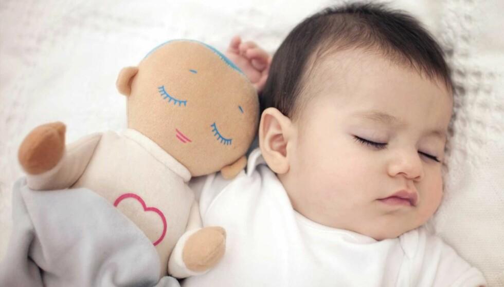 <strong>LOVER Å FÅ BARNET TIL Å SOVE:</strong> Dukken «Lulla» gir fra seg lyd og lukt som skal berolige babyen og få den til å sove. Foto: Produsenten