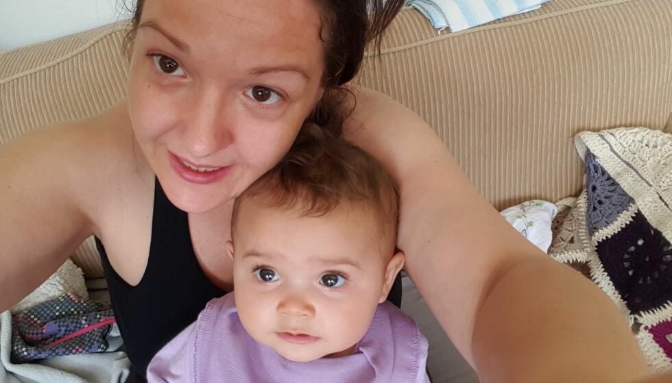 <strong>MIDDELS FORNØYD:</strong> Anne lot datteren Leah teste Lulla dukken, men fikk ikke helt det resultatet hun hadde håpet. Foto: Privat&nbsp;