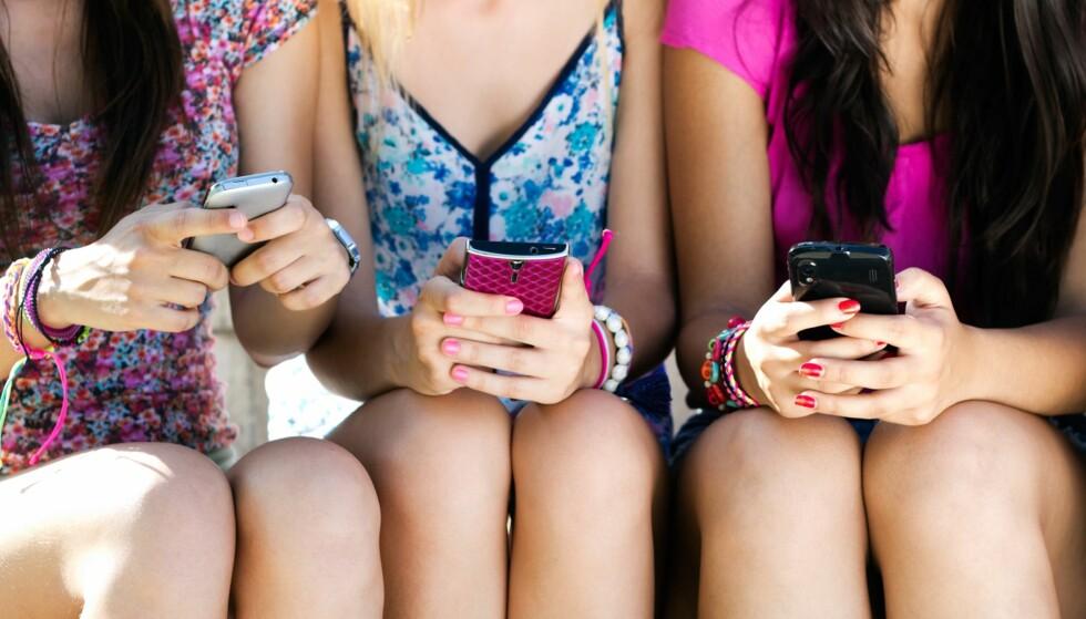 BEKYMRET: Er du bekymret over hva tenåringen din gjør på sosiale medier? Ha en åpen dialog, sier ekspert.