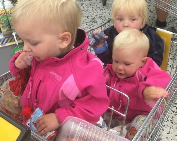 PÅ HANDLETUR: Det er vanskelig å få med seg trillingvogner inn i butikken, så dette blir ofte løsningen for trillingfamilier på handletur. Foto: Privat