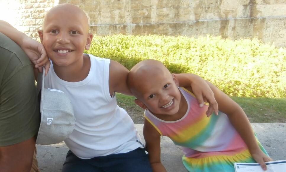 ALOPECIA AREATA: Filipe og Olivia har begge den mest omfattende graden av alopecia areata som gjør at man mister alt hår på kroppen. Foto: Privat