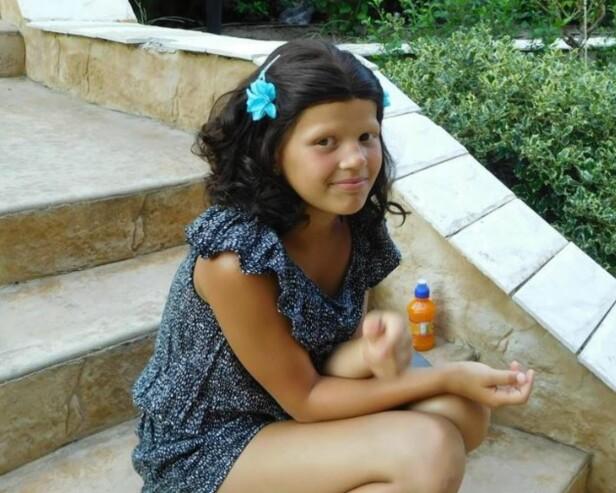 MED PARYKK: Olivia bruker ikke parykk på skolen og kan fort finne på å kaste den fra seg ellers også. Foto: Privat