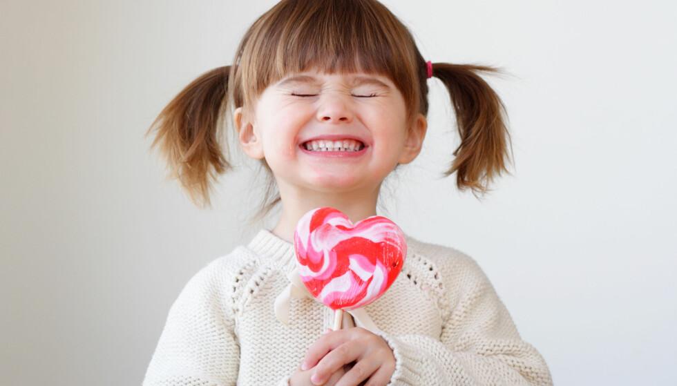 NÅR GI BARN GODTERI: Bør man vente til barnet etterspør godteriet selv, eller er det ok å gi før? Foto: NTB Scanpix