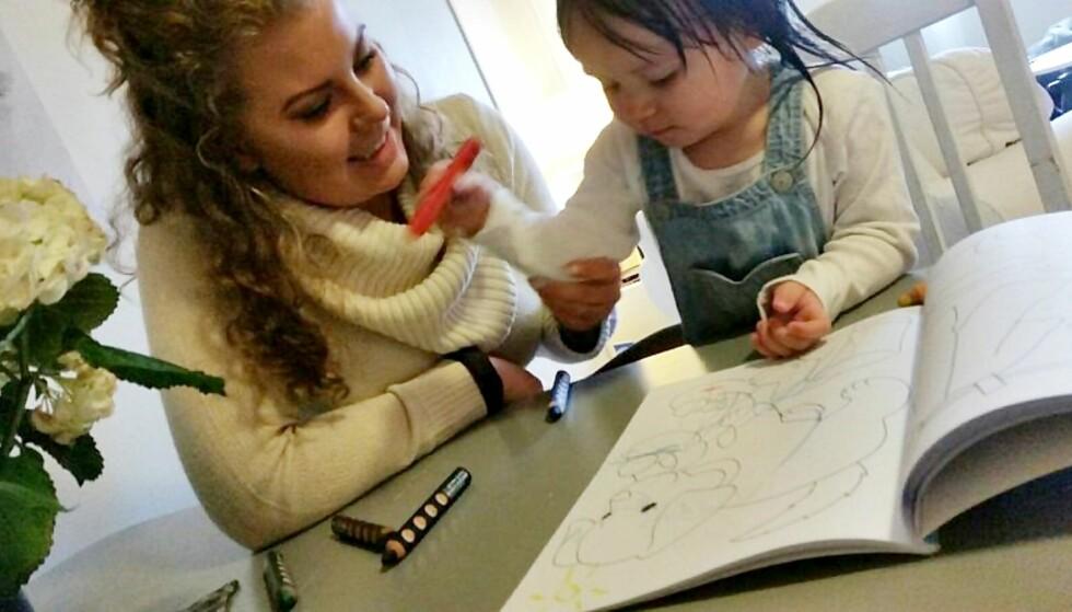 <strong>VALGTE Å FORLENGE PERMISJONEN:</strong> - Jeg synes det er for tidlig å starte i barnehagen som ettåring, sier Astrid Tuven, som har valgt å være hjemme med datteren Ava. Foto: Privat