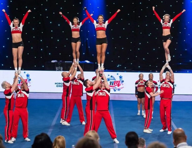 FÅ GUTTER: Cheerleading er en idrett som mange tror ikke passer for gutter. Dette er laget Viqueens Force. Foto: Geir Hartmann