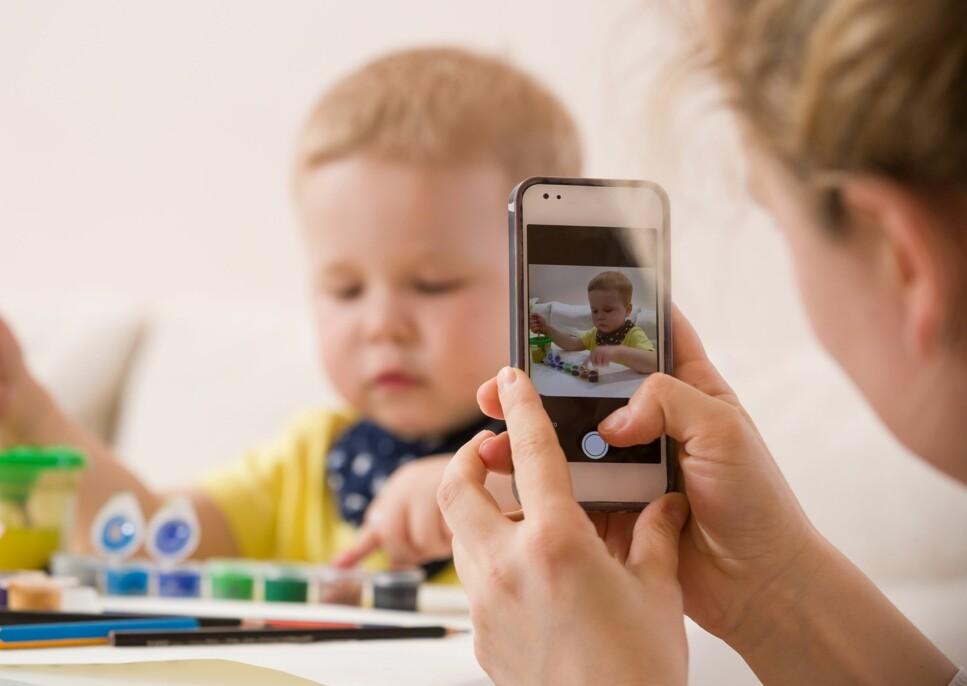 FOTOGRAFERING AV BARN: Stadig flere barnehager velger å oppdatere foreldre gjennom egne apper. Foto: goodmoments /Shutterstock/NTB scanpix