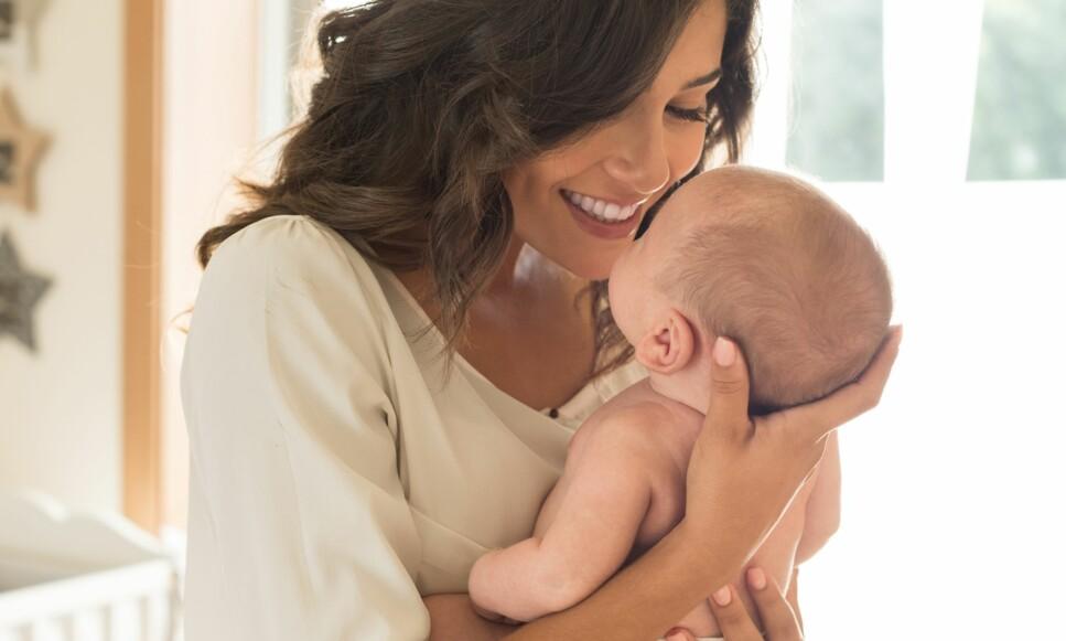 HOLDE NYFØDT BABY RIKTIG: Mange er nervøse og vet ikke helt hvordan de skal holde babyen. Foto: NTB scanpix