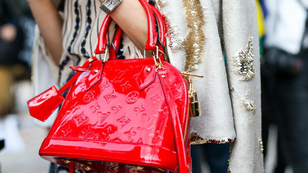 BILLIG VS DYR: Mange kjedebutikker kopierer de dyre luksusveskene - her kan du spare masse penger. Foto: Zuma Press