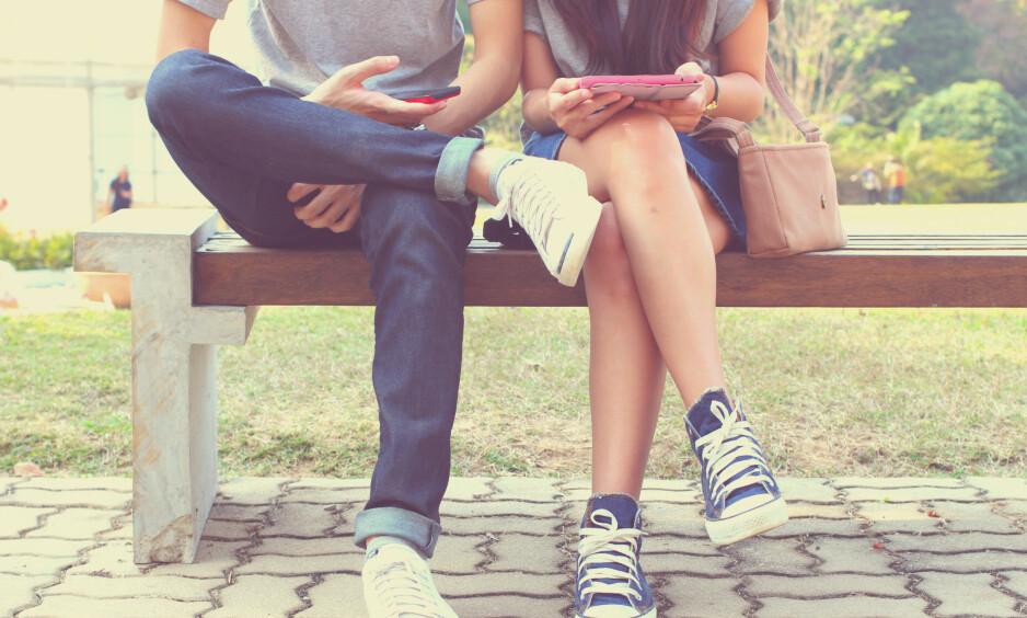 <strong>ALLTID PÅ MOBILEN:</strong> Tenåringens mobilbruk kan i mange familier være en kilde til konflikter. Foto: Shutterstock / NTB scanpix