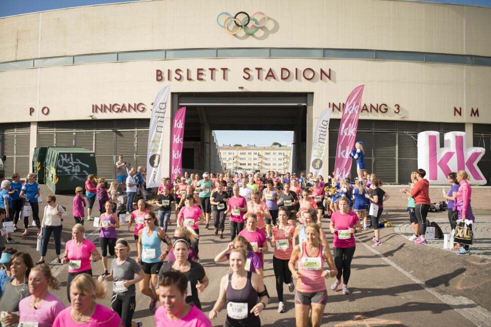 Startskuddet går og hele feltet stormer ut fra Bislett Stadion.
