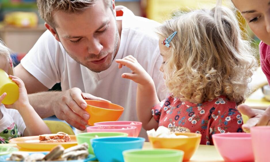 LÆRING I BARNEHAGEN: Matlaging og måltidsituasjonen benyttes til å stimulere barnas språk og til å innføre matematikk. Foto: oliveromg / Shutterstock / NTB scanpix