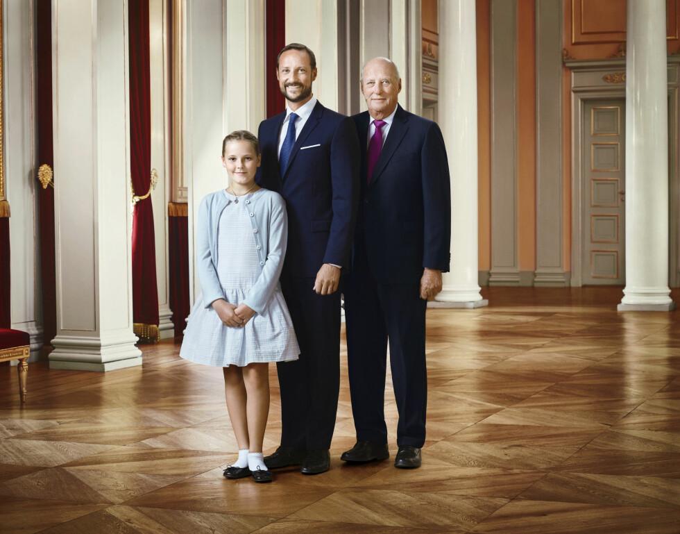 ARVEREKKEN: Det er kronprins Haakon som skal ta over tronen etter sin far kong Harald, mens prinsesse Ingrid Alexandra en vakker dag blir Norges dronning. Neste uke fyller hun 12 år. Foto: Det kongelige hoff Jørgen Gomnæs / NTB scanpix