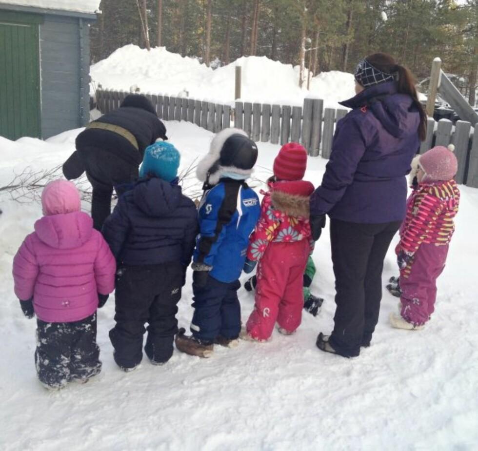 GODT KLEDDE: Lag på lag med ull, reveskinnsluer og skaller på beina er med på å holde barna i Karasjok gode og varme Foto: Privat