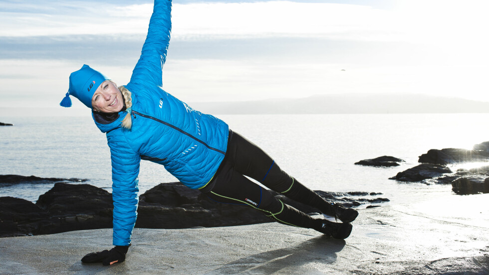 MED ROTASJON: Dette er en litt mer krevende variant av den klassiske push up-øvelsen. Foto: Astrid Waller