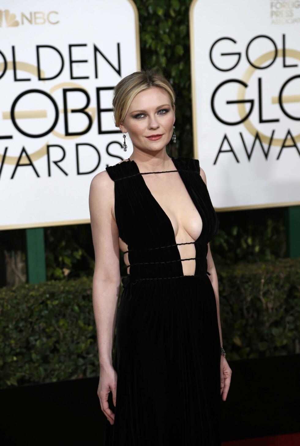 SORT: Til den sorte kjolen valgte Kirsten Dunst (33) en rød/oransje leppe og mørke øyne. Sexy! Foto: Reuters