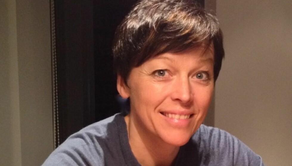 PÅDRIVER: Jordmor Elisabeth Sæther ved Ålesund sykehus har vært en av de største pådriverne for å få endret rutinene rundt avnavling ved norske fødeavdelinger. Foto: Privat