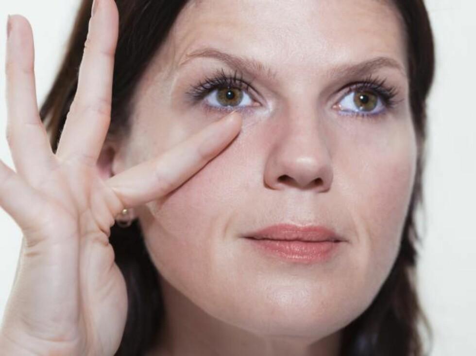 MASSER ØYNENE: 4. Nå skal du rulle fingrene over huden under øyet. Start inne ved øyekroken, og rull fra den ene siden av fingeren til den andre flere ganger bortover huden. Gratis luksus til ansiktet! Foto: KK.no