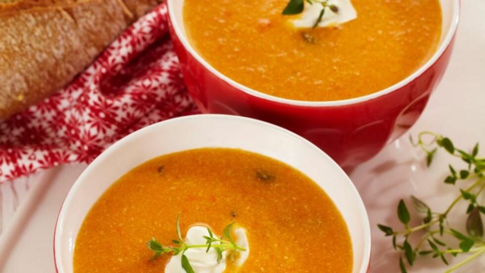 TOMATSUPPE UTEN KJØTT: Sett skåler med for eksempel pasta, egg og kikerter på bordet og la alle tilsette det de vil i suppen.  Foto: Allers