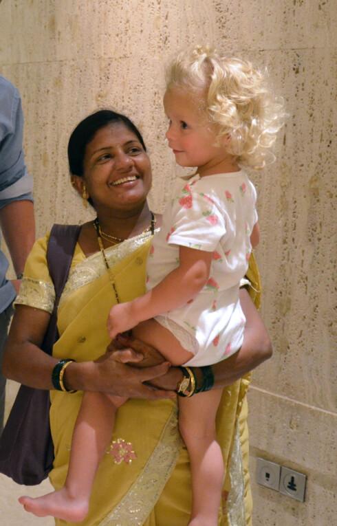 SAMMEN MED SURROGATMOR: Sumita og Nora sammen  i Mumbai på Noras 2 års dag!  Foto: Synnøve Skeie Fosse