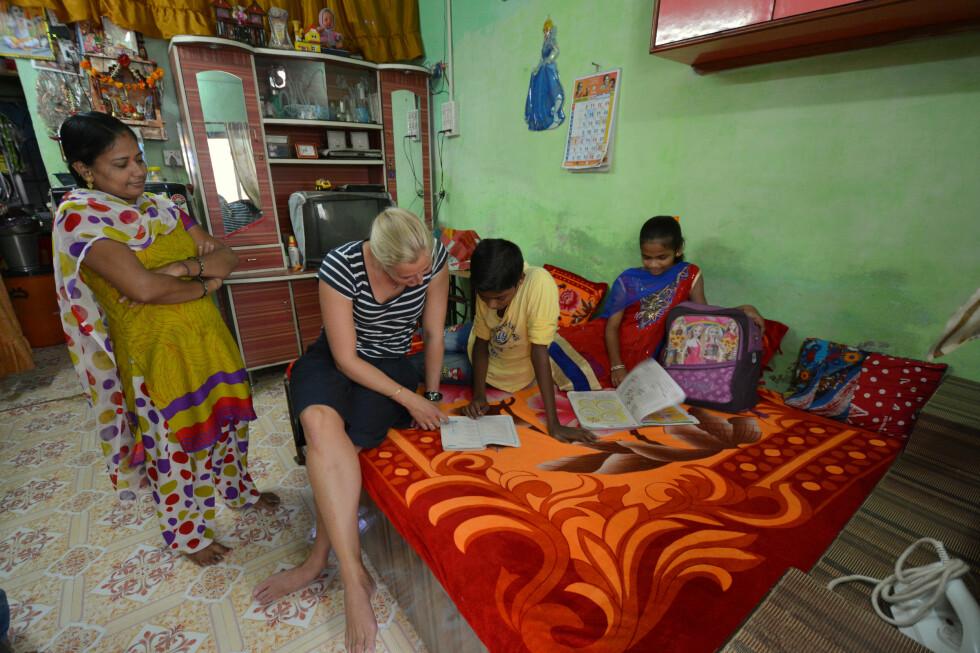 Marianne leser engelsklekser sammen med Teejas og Sannika.  Foto: Synnøve Skeie Fosse