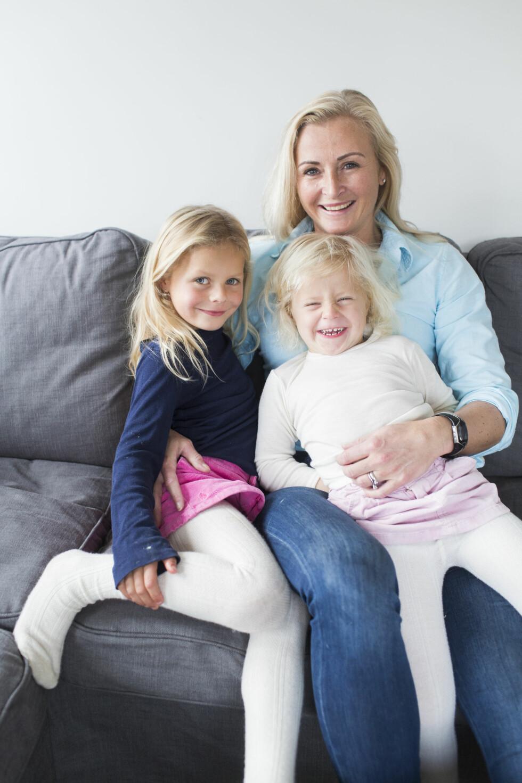 Marianne forteller Nora Wilhelmine (5) og Iben Sofie (3) hvordan de ble født. – Vi har ikke noe åskamme oss over, og vil heller ikke at de skal skamme seg, sier hun..  Foto: Sondre Steen Holvik