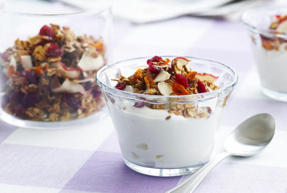 MÜSLI: Usøtet müsli tilfører kroppen sunne karbohydrater, mens yoghurt og melk inneholder protein som er viktig etter trening.