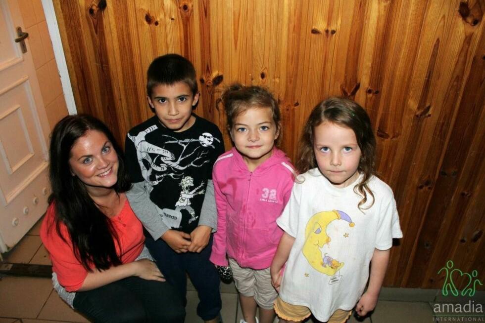 """SPRER GLEDE: Det var til """"glemte"""" barnehjem i Russland Tina Marie startet med å sende klær. I dag har hun 60 medarbeidere som jobber mot et tredvetalls land. Her er hun sammen med barn på et mødrehjem i Ungarn.  Foto: PRIVAT"""