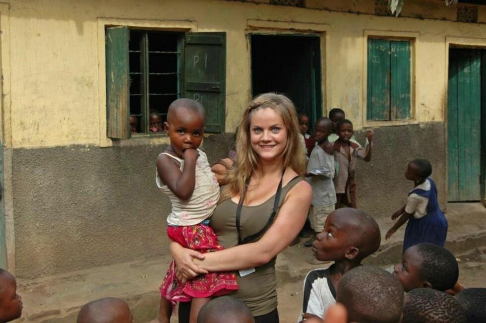 DRIVER SKOLE: Tina Marie  i Uganda, der Amadia driver en skole med flere hundre elever, samt et barnesenter.  Foto: PRIVAT