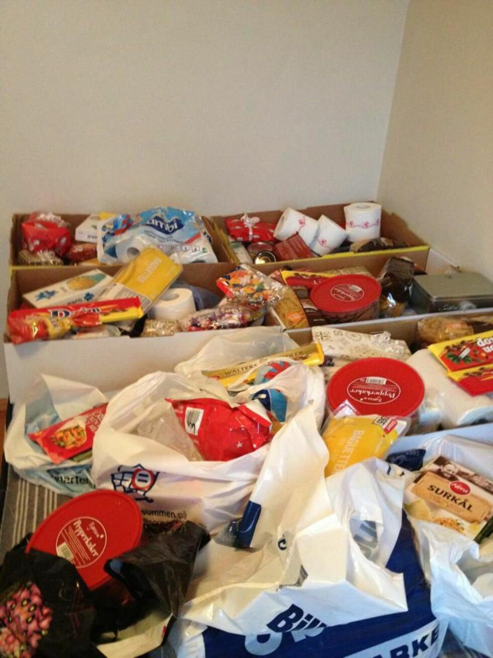 GJØR GODT: Et sekstitalls esker med julemat ble delt ut rusavhengige, mat og gaver ble delt ut til 150 familier. Ellens arbeid gjør godt for mange.  Foto: PRIVAT
