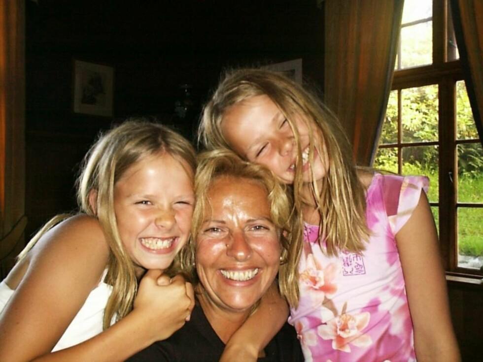 SAMMEN: Anne Fi sammen med døtrene Cornelia (t.v.) og Katinka. Å miste Cornelia har vært umenneskelig tøft.  Foto: PRIVAT