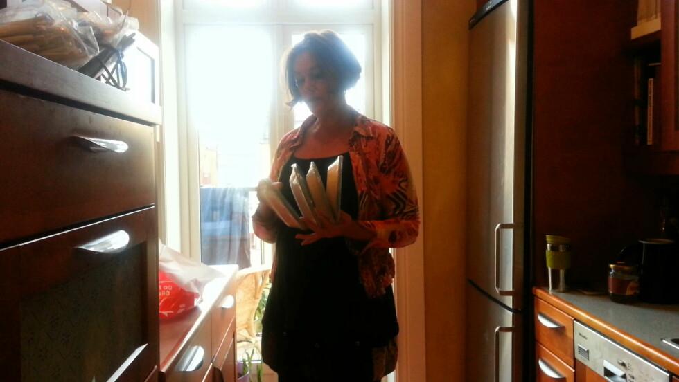 LAGET MAT HJEMME: Mona forbereder matserveringen hjemme på sitt kjøkken.  Foto: Solveig Syversen