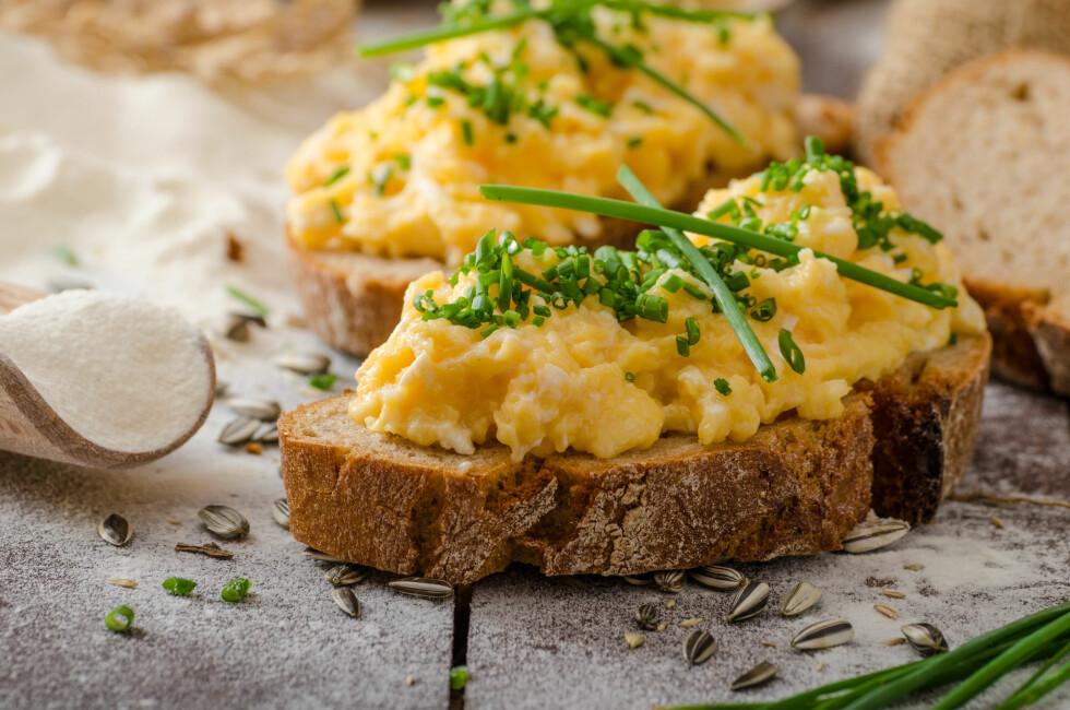 PROTEINER: Etter at du har vært på fylla, er det lurt å få i seg matvarer som er rike på proteiner. Her er egg et godt valg – og ta deg gjerne et glass melk ved siden av! Foto: Shutterstock / Stepanek Photography