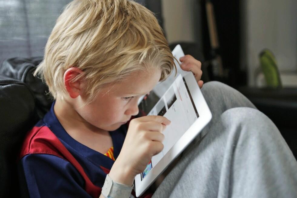 <strong>iPad:</strong> Når Emilian holder iPaden 15 centimeter unna, klarer han å fange opp bevegelsene som skjer på skjermen.  Foto: Curt Hjertstedt