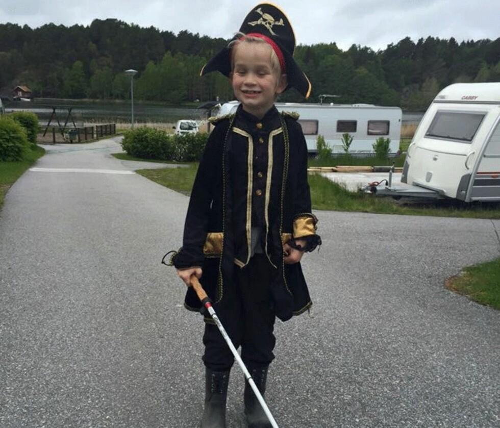 <strong>EN LITEN HELT:</strong> Emilian kler seg gjerne ut som sjørøverkaptein – som her på campingtur tidligere i år.  Foto: Privat