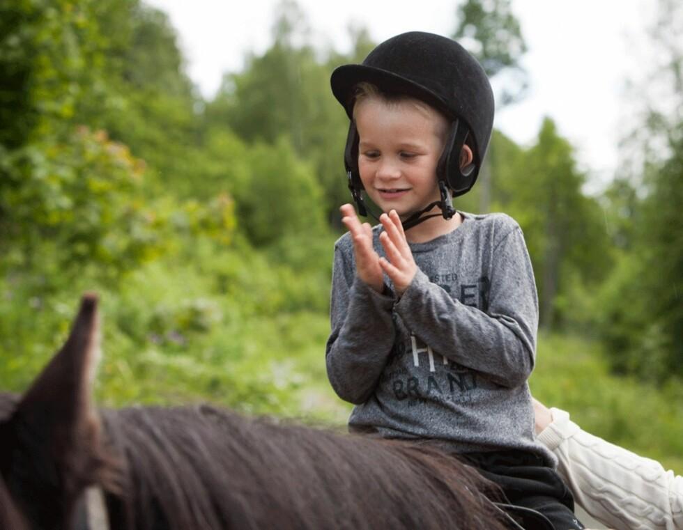 <strong>PÅ SOMMERLEIR:</strong> Emilian var i sommer med på Blindeforbundets leir i Hurdal for tredje året på rad. Han teller allerede ned til neste års leir! Foto: Norges Blindeforbund