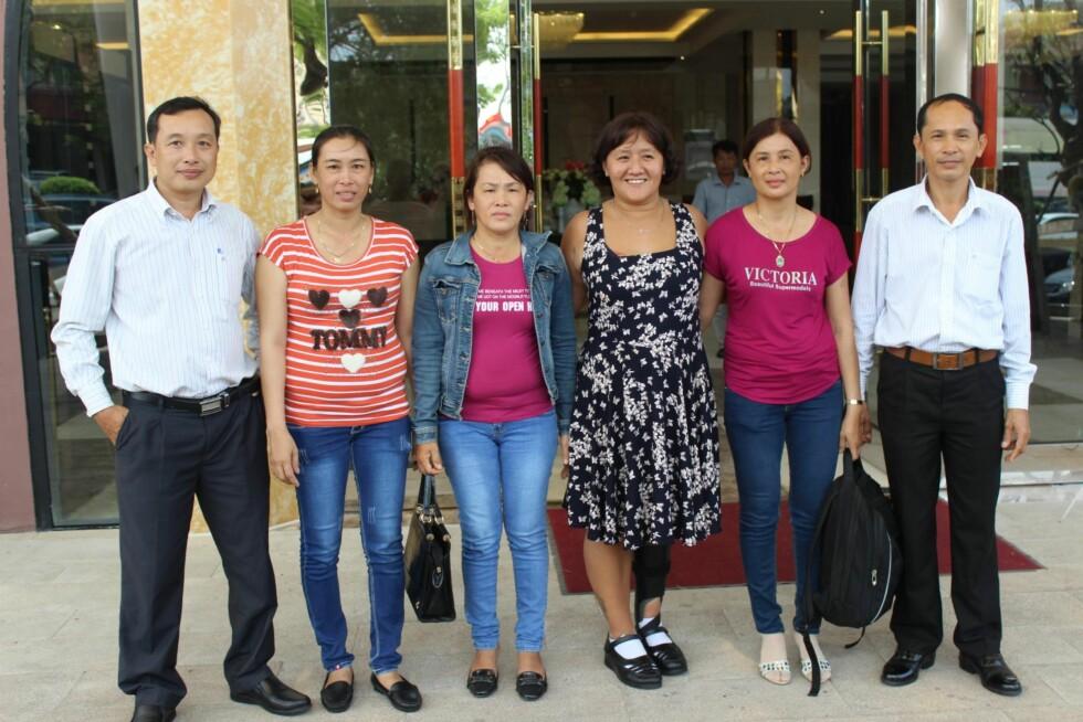NÆRMESTE FAMILIE: Line ble mottatt med åpne armer da hun kom til Vietnam i oktober. Her sammen med sine fem søsken,  de to yngste ble født etter at faren giftet seg på nytt. Fra venstre halvbror Loi (41), halvsøster Loc (40), Lanh (47), Mau (Line), Le (45) og storebror Nhanh (51). Foto: Privat