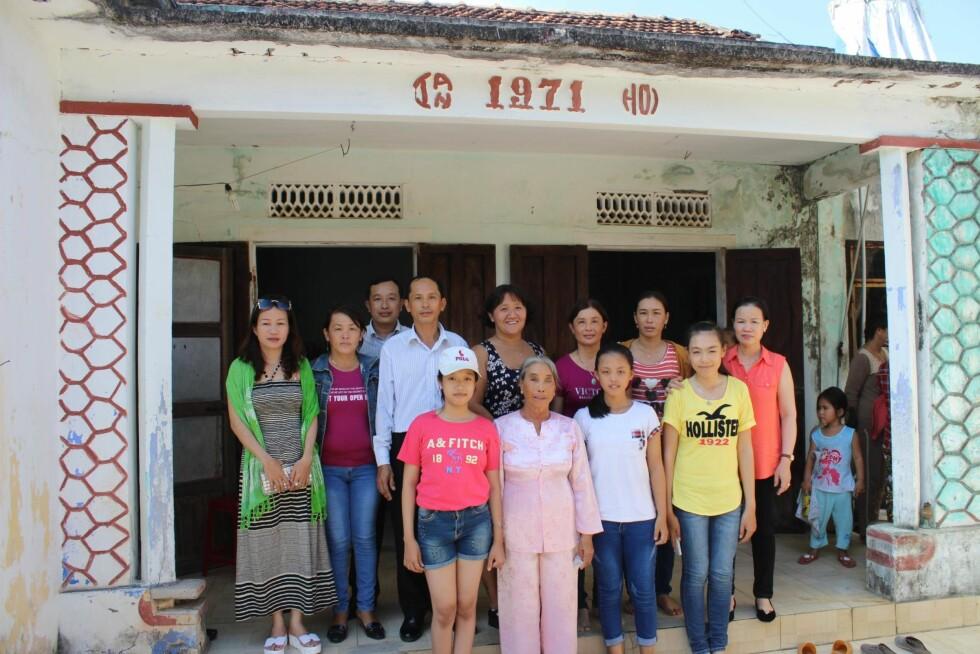 BARNDOMSHJEMMET: I dette huset ble Line født. Her bor nå stemoren (i rosa drakt), som ble enke for 17 år siden. På bildet ser vi Line sammen med søsken og tantebarn.  Foto: Privat