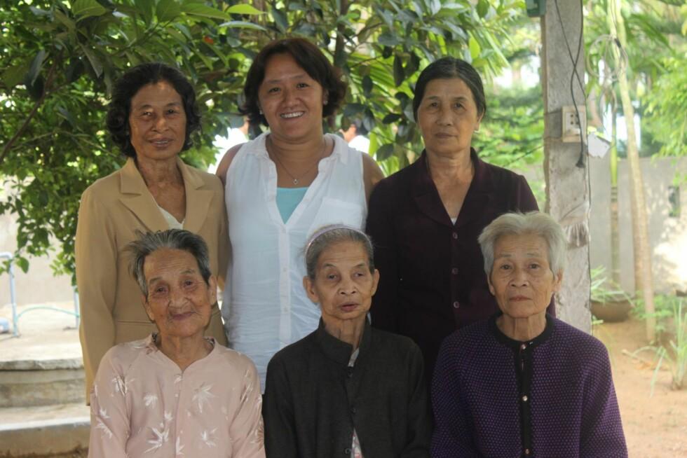 TANTER: Fem av morens gjenlevende søstre kom for å hilse på Mau, som hadde reist den lange veien fra Norge for å møte dem.   Foto: Privat