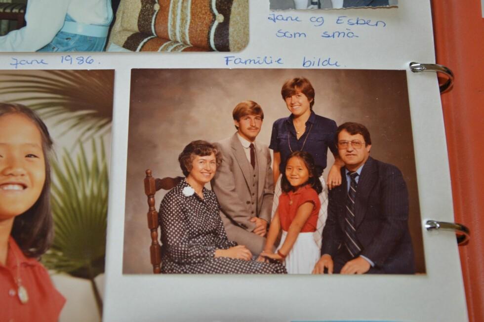 FAMILIEN: Hele familien hos fotografen. Bildet viser Line sammen med foreldrene Mary og Per, broren Esben og søsteren Jane. Foto: Privat